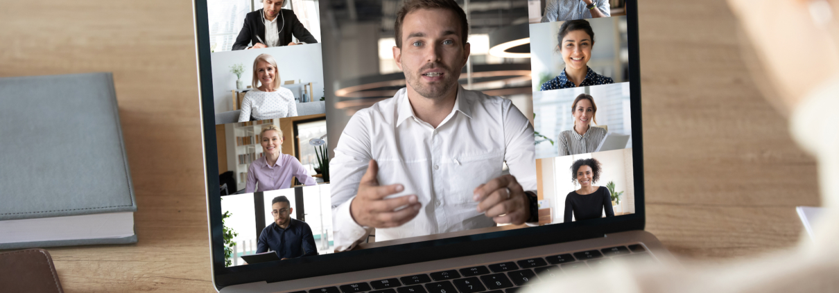 Medewerker in online vergadering met collega's