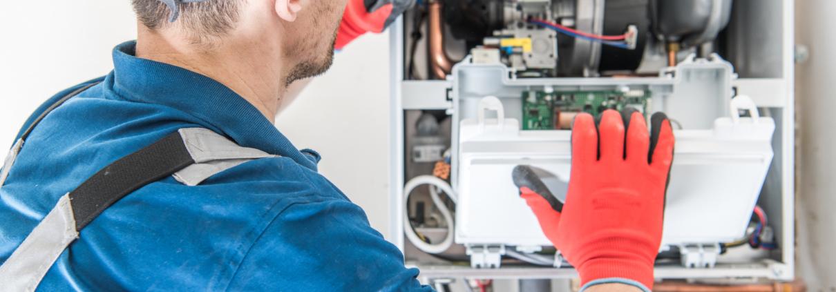 Installateur voert onderhoud uit aan een ketel volgens de nieuwe Gasketelwet