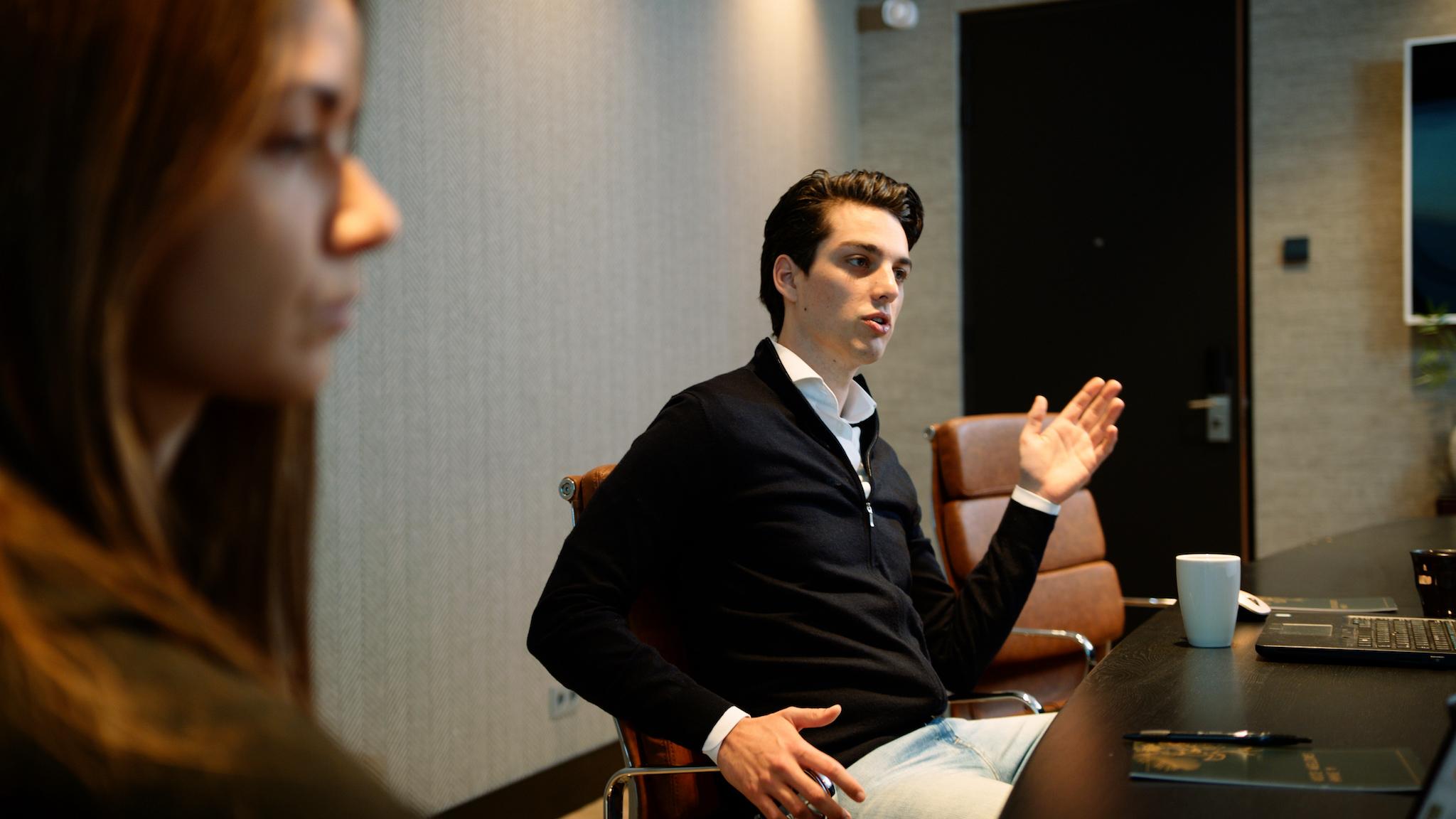 Medewerker geeft uitleg tijdens een vergadering