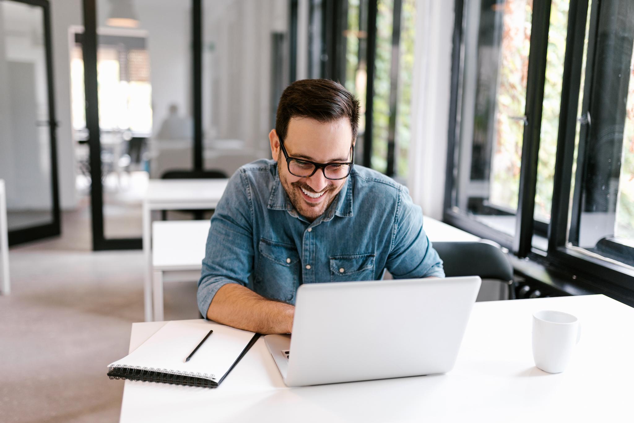 Medewerker wordt blij van het werken met de online oplossing
