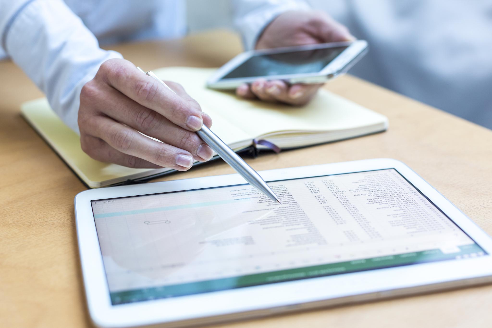 Medewerker vult zijn urenadministratie in op een tablet