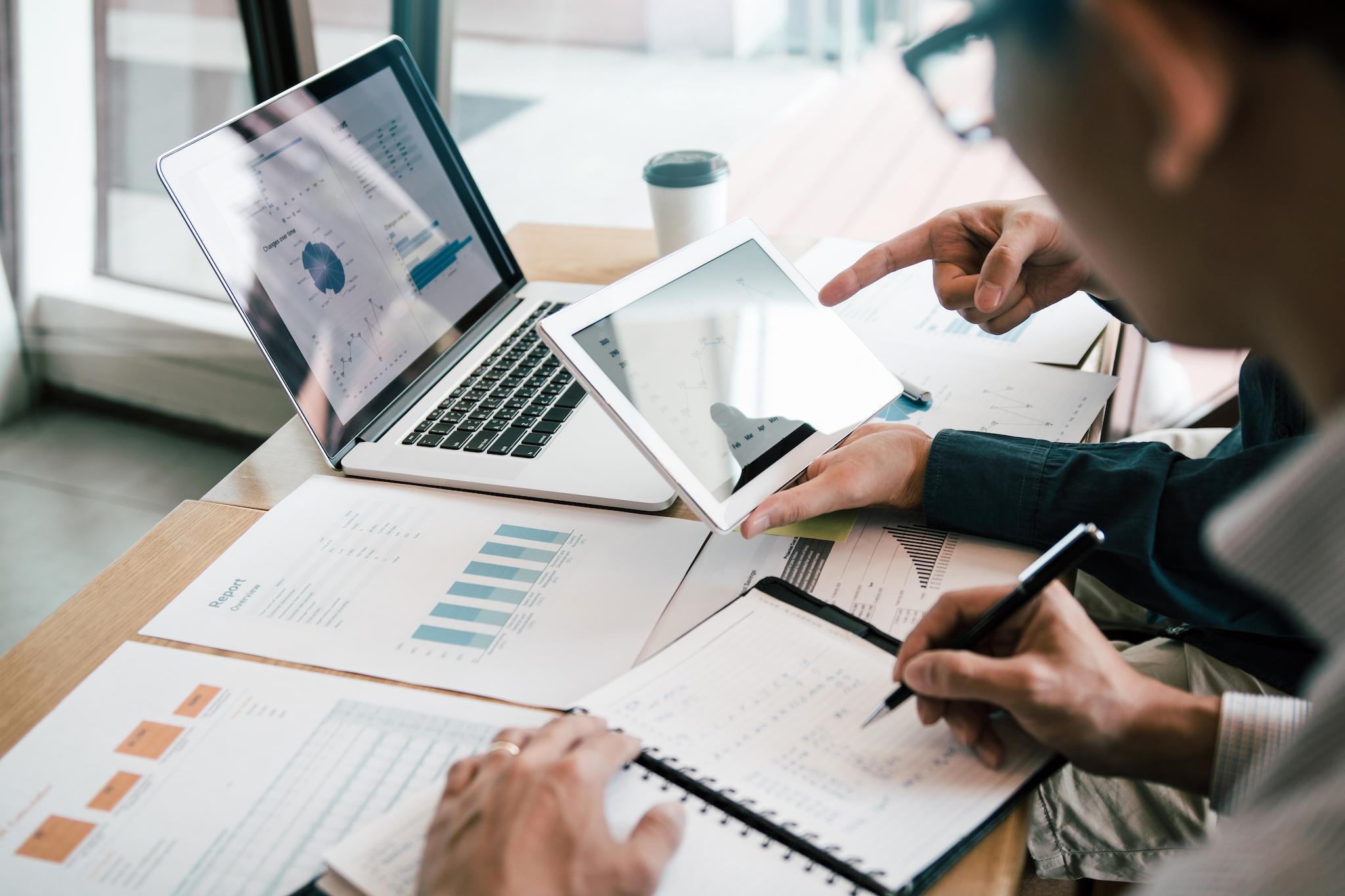 Medewerkers werken aan de financiële administratie