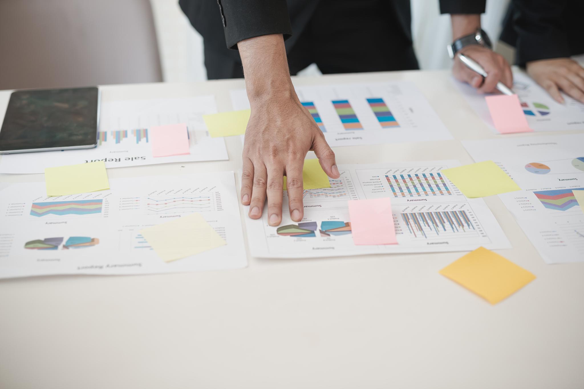 Medewerker is bezig met het maken van een grafische planning