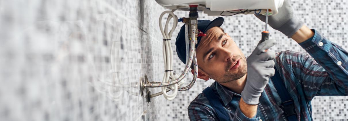 Installateur verleent service en installeert een boiler