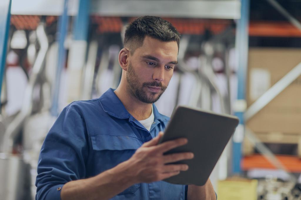 Installateur aan het werk met de service en onderhoud software op zijn tablet