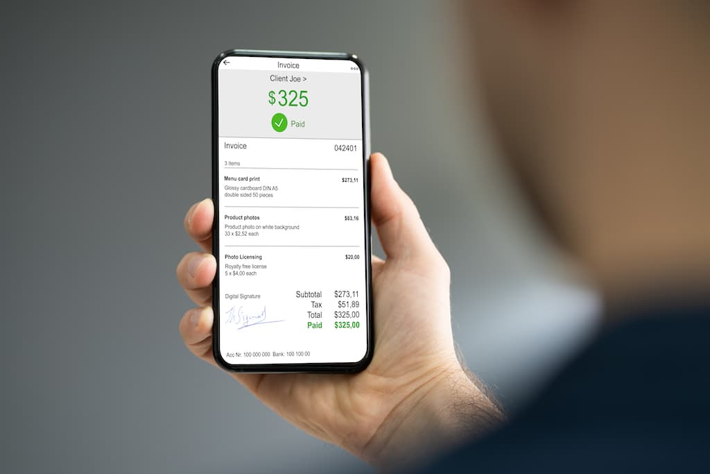 Elektronische factuur afgebeeld op een smartphone