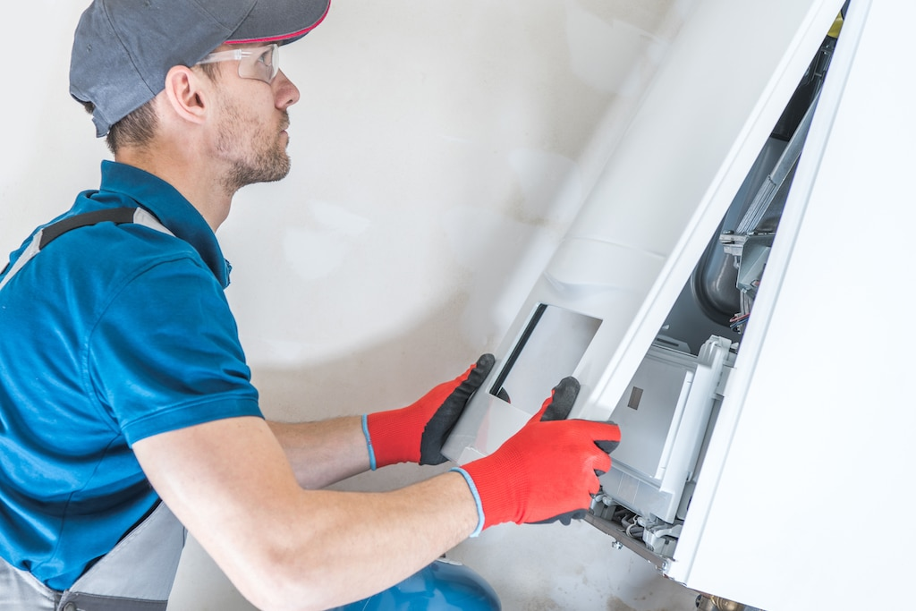 Installatiemonteur voert onderhoud uit aan een cv-ketel volgens de Gasketelwet