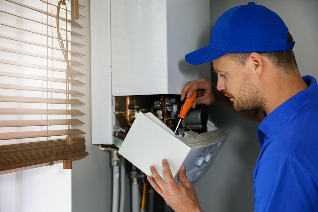 Installatiemonteur installeert een cv-ketel volgens de regels van de Gasketelwet