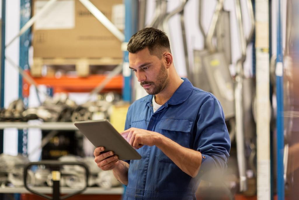 Installatiemonteur verwerkt administratie op een tablet voor de Gasketelwet