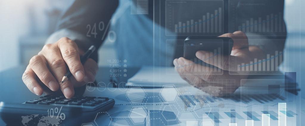 Medewerker rekent kostenbesparing uit van ERP-software in de cloud