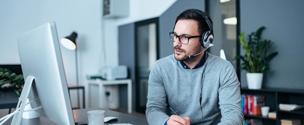 Medewerker bekijkt de voordelen van het vervangen van de bedrijfssoftware