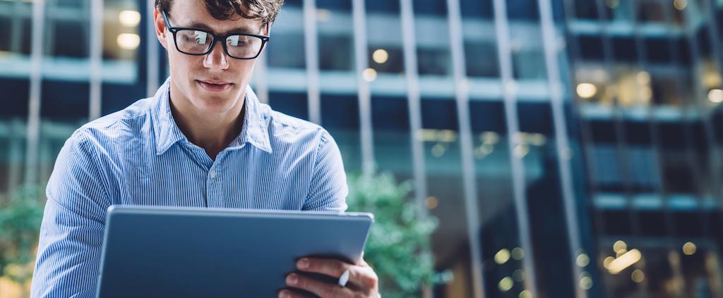 Medewerker maakt gebruik van bedrijfssoftware in de cloud op een tablet