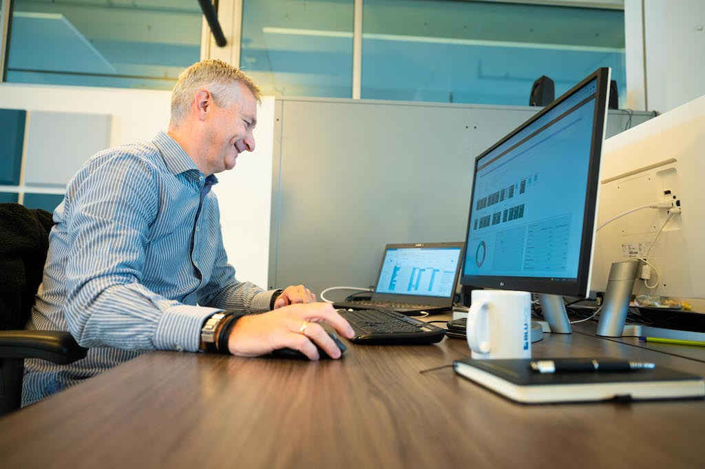 Medewerker is aan het werk met Business Central in de cloud